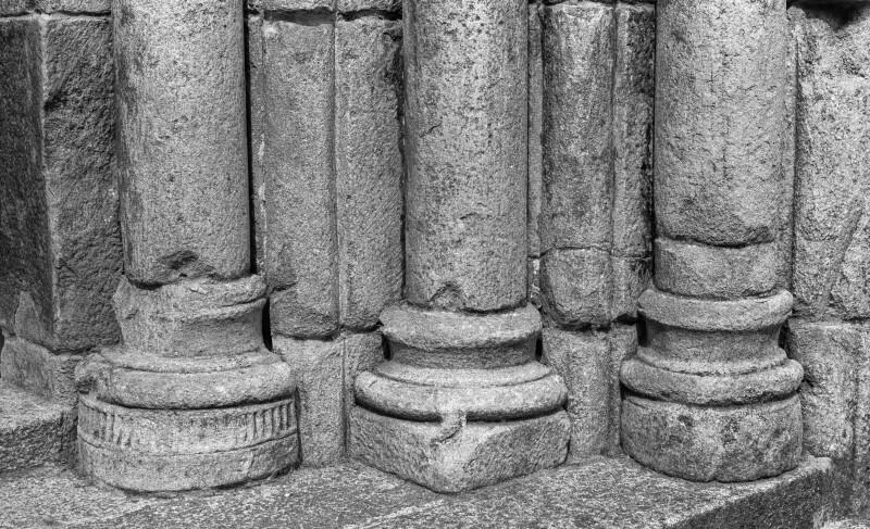 San Pedro de Portomarín, west portal, right side, bases and plinths